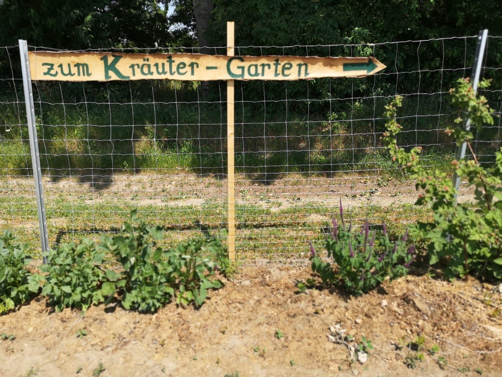 Wegweiser zum Kräutergarten
